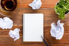 Livre blanc de bloc-notes de papier blanc au worplace de bureau Photo stock