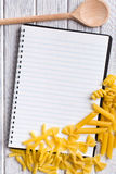 Livre blanc de recette avec de diverses pâtes Image stock