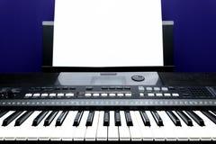 Livre blanc de sérieux et pour écrire des notes de musique photo libre de droits