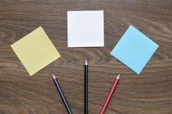 Livre blanc et crayon sur la table en bois Photos stock