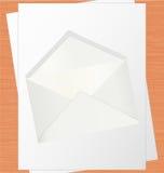 Livre blanc et enveloppe vides sur le Tableau de chêne Photographie stock libre de droits