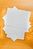 Livre blanc sur la table en bois Photo libre de droits