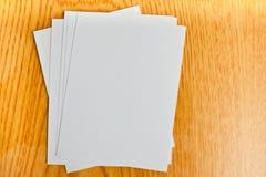 Livre blanc sur la table en bois Image libre de droits