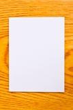 Livre blanc sur la table en bois Images libres de droits