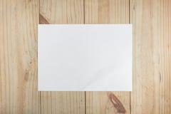 Livre blanc sur le fond en bois Photos stock