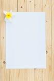 Livre blanc sur le fond en bois Photographie stock
