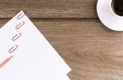 Livre blanc vide avec la tasse de café sur le fond en bois Photo libre de droits