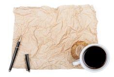 Livre blanc vide avec le stylo et une tasse de café à moitié vide, Photos stock