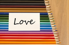 Livre blanc vide et crayon coloré sur le fond en bois Images libres de droits