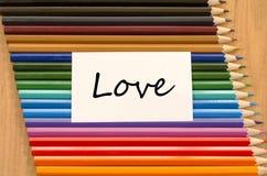 Livre blanc vide et crayon coloré sur le fond en bois Image stock
