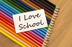 Livre blanc vide et crayon coloré sur le fond en bois Images stock