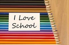 Livre blanc vide et crayon coloré sur le fond en bois Image libre de droits