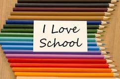 Livre blanc vide et crayon coloré sur le fond en bois Photo libre de droits