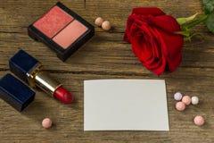 Livre blanc vide pour le texte, le rouge à lèvres rouge, fard à joues, fleur rose et Photos stock