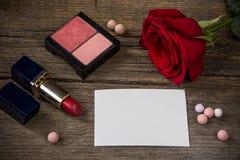 Livre blanc vide pour le texte, le rouge à lèvres rouge, fard à joues, fleur rose et Image stock