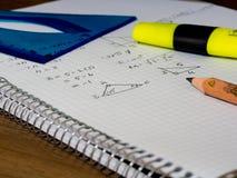 Livre carré d'étudiant de mathématiques, et crayon coloré là-dessus photos stock