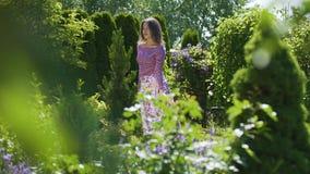 Livre circulação dança bonita nova da senhora e da dança no movimento lento do jardim vídeos de arquivo