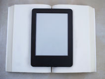 Livre contre l'ebook photo stock