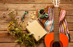 Livre, couverture, café et guitare classique sur le bois image libre de droits