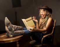 Livre démodé de ménage et femme moderne Photographie stock libre de droits