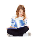 Livre d'étude et de lecture de fille d'étudiant Images libres de droits