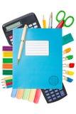 Livre d'exercice bleu avec des fournitures scolaires Photo libre de droits
