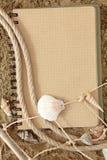Livre d'exercice et seashell image stock