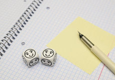 Livre d'exercice ouvert avec les matrices d'humeur (heureuses) et la carte collante jaune photo stock