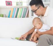 Livre d'histoire de lecture de père et de bébé Photographie stock libre de droits