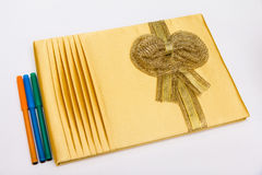 Livre d'invité et stylo de couleur sur le fond blanc dans la cérémonie de mariage Image libre de droits