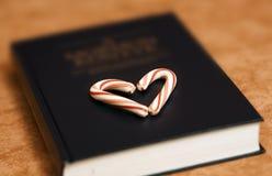 Livre de bible avec amour photo libre de droits
