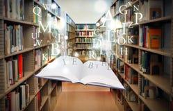 Livre de bibliothèque d'éducation flottant avec des lettres Photo stock