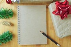 Livre de Brown avec la décoration de boîte-cadeau et de Noël sur le tabl en bois Photos libres de droits
