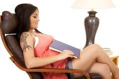 Livre de chemise de rose de tatouage de femme vers le bas Photo libre de droits