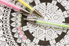 Livre de coloriage adulte, nouvelle tendance de recuit de stabilisation Concept de thérapie d'art, de santé mentale, de créativit photographie stock