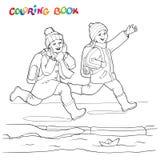 Livre de coloriage ou page Garçon deux joyeux courant le long des magmas des bateaux de papier Image stock