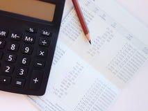 Livre de comptes d'économie ou relevé de compte financier et calculatrice sur la table de bureau photo stock