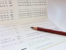 Livre de comptes d'économie ou relevé de compte financier sur la table de bureau images libres de droits