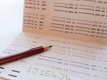 Livre de comptes d'économie ou relevé de compte financier sur la table de bureau image libre de droits