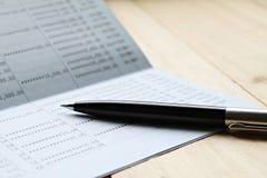 Livre de comptes d'économie ou relevé de compte financier sur la table de bureau photo stock