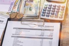livre de comptes et factures d'euros, calculatrice photos stock