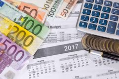 livre de comptes et factures d'euros, calculatrice photo stock