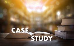 Livre de CONCEPT d'ÉTUDE DE CAS dans la bibliothèque avec le vieux goujon d'étudiants d'ollege Photo libre de droits