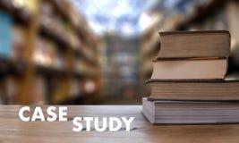 Livre de CONCEPT d'ÉTUDE DE CAS dans la bibliothèque avec le vieux goujon d'étudiants d'ollege Photo stock
