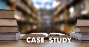 Livre de CONCEPT d'ÉTUDE DE CAS dans la bibliothèque avec le vieux goujon d'étudiants d'ollege Image libre de droits
