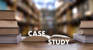 Livre de CONCEPT d'ÉTUDE DE CAS dans la bibliothèque avec le vieux goujon d'étudiants d'ollege Images libres de droits