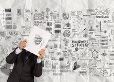 Livre de couverture de noir d'exposition de main d'homme d'affaires de succès Photos libres de droits