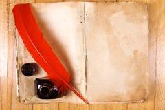 Livre de cru, crayon lecteur rouge de clavette, encrier encastré Images stock