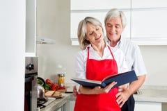 Livre de cuisine aîné du relevé de couples Images stock