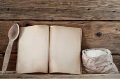 Livre de cuisine avec les pages vides sur le fond en bois - Livre de cuisine vierge ...